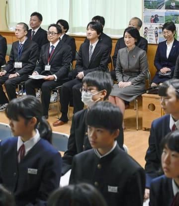 市立赤塚中学校を視察される秋篠宮ご夫妻=22日午後、新潟市