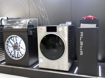 「ポルシェ」のデザイン会社と提携して発売しているパナソニックの高級洗濯機=22日、中国浙江省杭州(共同)