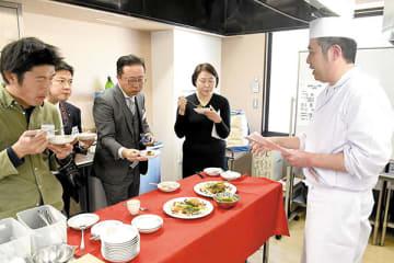 実際に味わった審査員から次々と質問が出されたコンテスト=さいたま市大宮区の埼玉ベルエポック製菓調理専門学校