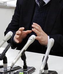 判決後、会見で心情を語る被害女性の父親=22日午後、神戸司法記者クラブ