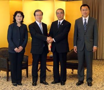 握手を交わす程大使(左から2人目)と中村知事=長崎市大黒町、ホテルニュー長崎