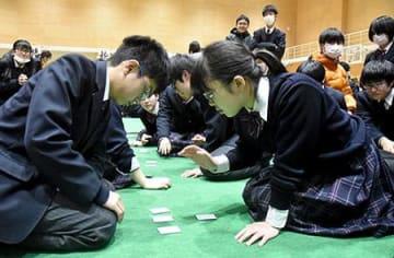 一瞬に懸ける、静かな熱戦 東根・東桜学館で百人一首かるた大会