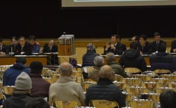 野村、鹿野川両ダムの操作の検証結果を国土交通省などが報告した住民説明会=22日午後8時ごろ、西予市野村町野村