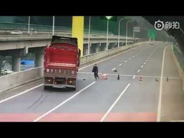 """危険すぎる!中国の子どもが高速道路でとんでもない""""遊び"""""""