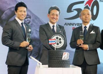 事業計画を発表したタイブリヂストンの武田秀幸社長(中央)=21日、バンコク(NNA撮影)