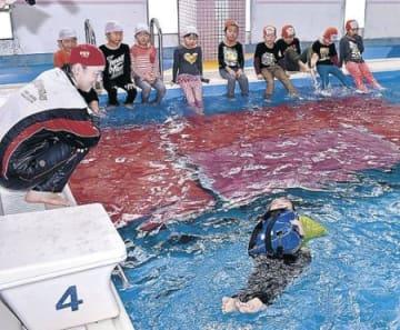 水の危険、園児学ぶ 上市で着衣水泳教室