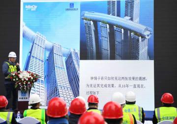 高さ200m超にある「空中デッキ」の外壁つり上げ作業が完了 重慶市