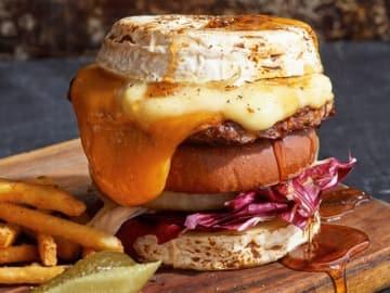 チーズ好きにはたまらない圧巻のビジュアル!期間限定で味わえる変化球バーガーとは?