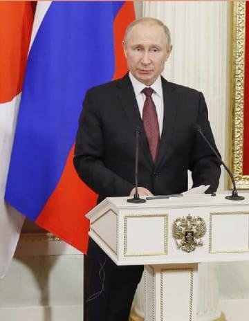 共同記者発表するロシアのプーチン大統領=22日、モスクワのクレムリン(共同)