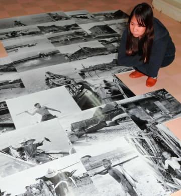 写真展準備のため、1935年の沖縄撮影パネルを広げる藤枝真実さん=21日、糸満市名城