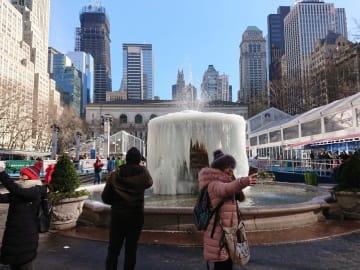 最高気温が華氏28度(摂氏氷点下2.2度)だった22日、マンハッタン区のブライアントパークでは噴水が凍結。冬景色を楽しむ人でにぎわった(photo: Shun Watanabe)