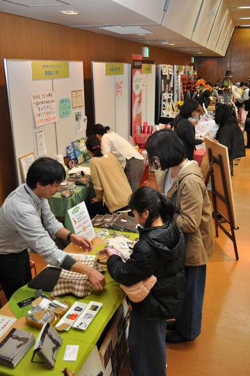 さまざまな事業者が商品やサービスを紹介するブースが並んだ会場=美濃加茂市太田町、市生涯学習センター