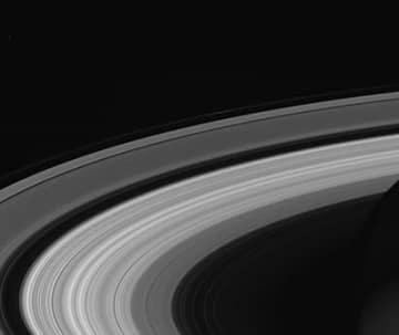 土星探査機カッシーニが撮影した土星のC環。土星の自転周期を推定するカギとなる。 (c) NASA/JPL-Caltech/Space Science Institute