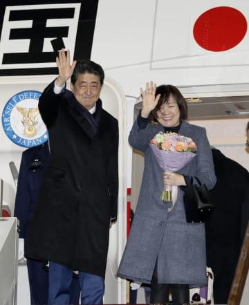 モスクワの空港を出発する安倍首相と昭恵夫人=22日(共同)