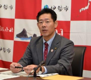 【改元を祝うのぼり旗の撤去理由を説明する鈴木市長=伊勢市役所で】