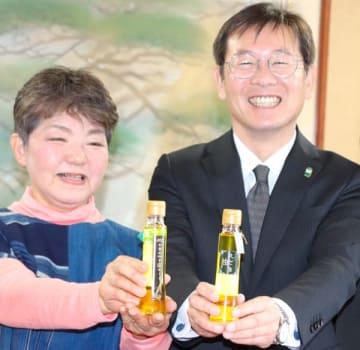 【「えごま油」を示す竹上市長(右)と生産者=松阪市役所で】