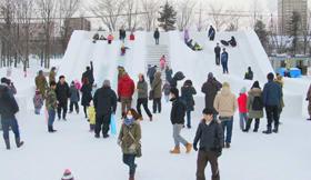 子どもたちに大人気の滑り台が今年も登場するスケートまつり=写真は昨年2月