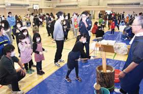 約500人が参加して盛り上がった親子もちつき会