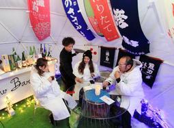日本酒やワインで乾杯するスキー客=神河町上小田