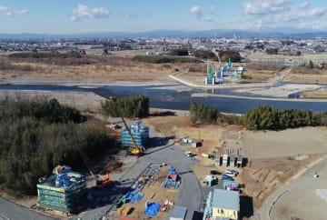 鬼怒川の両岸で進む基礎工事=22日午前、宇都宮市竹下町、小型無人機から