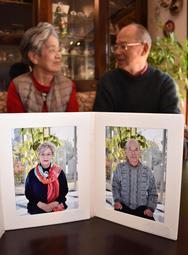 自分たちの「遺影」を前に、穏やかな時間を過ごす加古博一さん、知湖さん夫妻=加古川市内