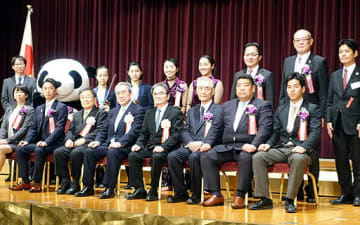 関西元気文化圏賞の各賞の受賞者ら=22日、大阪市北区のリーガロイヤルホテル