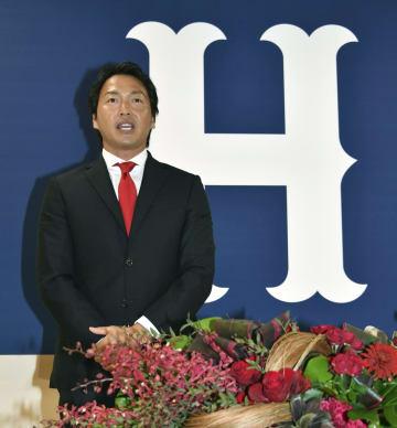 広島に移籍し、入団記者会見に臨む長野久義外野手=23日、マツダスタジアム