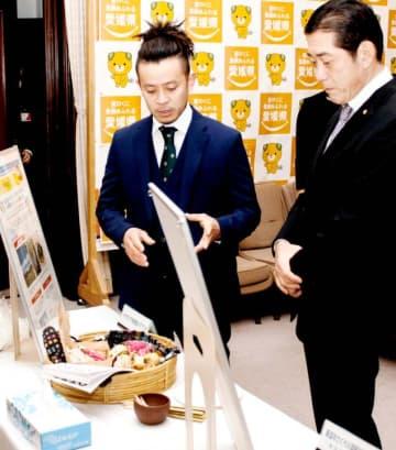 廃棄物の発生抑制などの取り組みを中村知事(右)に説明する事業所の代表者