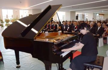 2016年8月、宮城県石巻市の市立病院の開院式典で披露されたグランドピアノ
