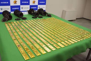 押収された金塊など=23日午後、千葉県成田市