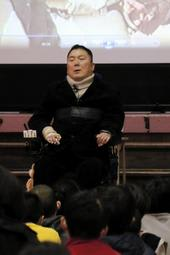周囲の励ましで絶望から立ち直った経験を話す清水哲さん=尼崎市浜田町3