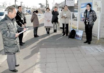 案内人の会のメンバーらが参加して開かれた平板のお披露目会=16日、仙台市宮城野区五輪2丁目