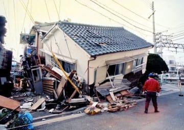 阪神大震災でつぶれた住宅。「家が凶器になった」と言われた=1995年1月