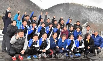 活躍を誓い声を上げる県選手団=福島・郡山ユラックス熱海