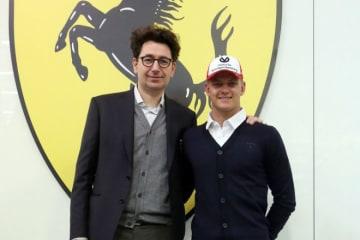 ミック・シューマッハー、フェラーリドライバーとして初仕事。マラネロで新代表ビノットらと対面