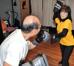 フィットネス運動「ロック ステディー ボクシング」で汗をかくパーキンソン病の男性=神戸市北区鈴蘭台北町4