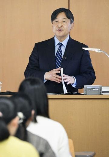 学習院女子大で講義をされる皇太子さま=23日午後、東京都新宿区