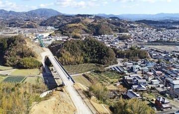 【高架橋の架設が完了した田辺西バイパス。左奥の芳養ランプにつながっている(和歌山県田辺市芳養町で)】