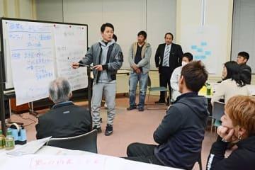 【ワークショップで班で決めた事業内容を説明する参加者(22日、和歌山県みなべ町芝で)】