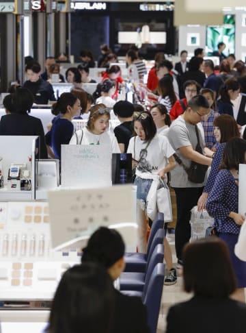 昨年5月、外国人観光客らでにぎわう百貨店の化粧品売り場=東京・銀座