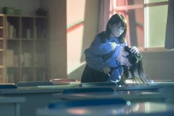「ザンビ」乃木坂46秋元真夏、何かに取り憑かれたような形相で襲い掛かる衝撃カット