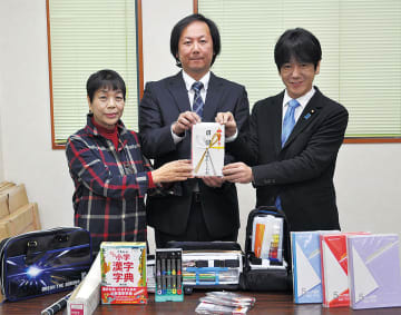 右から義家代議士、後藤社長、中台副理事長