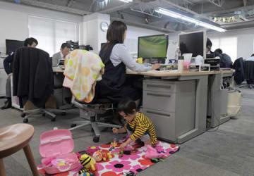 土本さんのデスクのすぐ後ろで遊ぶ莉央ちゃん(京都市下京区・ウエダ本社)