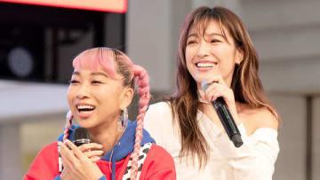 青山テルマさん(左)のニューシングル「In This Place~2人のキズナ」のリリース記念イベントに出演した木下優樹菜さん