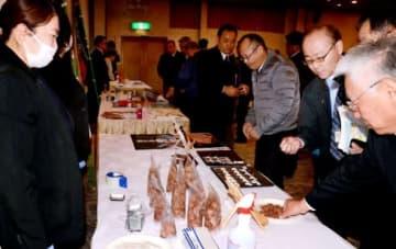 鹿児島県産の黒牛や黒豚肉を使った加工食品を試食する参加者=鹿屋市