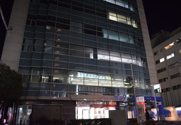 事件のあった現場のビル=23日午後8時20分ごろ、さいたま市大宮区宮町