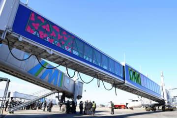 宮崎空港ビルが導入した旅客搭乗橋「ひなたらくちんブリッジ」(手前)
