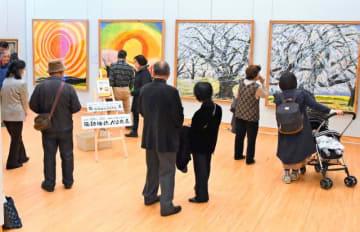 100歳を迎えるのを前に、約70年の作家活動を振り返る弥勒さんの作品展=23日午前、宮崎市・県立美術館