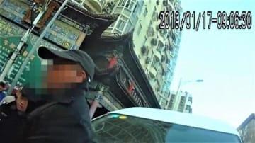 """中国版""""白タク""""、警察は拳銃を抜いて取り締まり"""