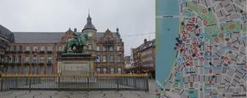 (左)旧市街 マルクト広場の騎馬像、(右)旧市街各所にある観光案内図、トイレの場所記載など親切